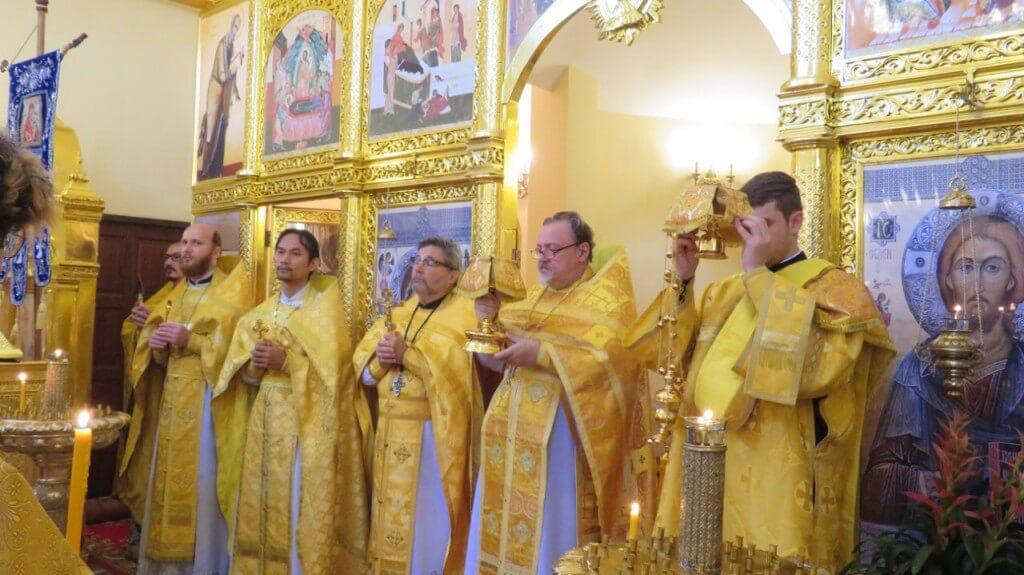 На фото: первая Божественная Литургия в Андреевском пределе Всех-Святского храма