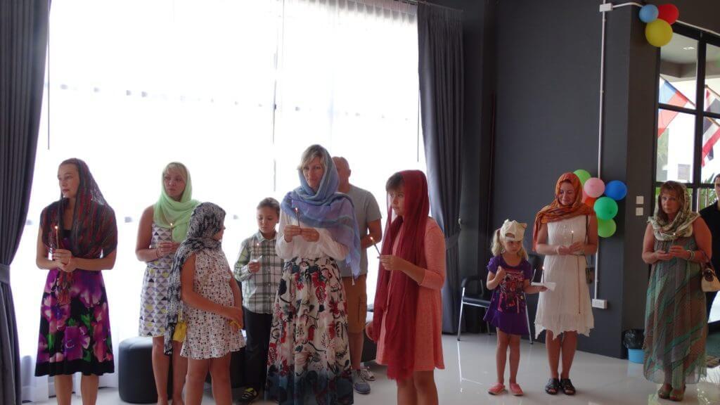 На фото: педагоги, учащиеся с родителями