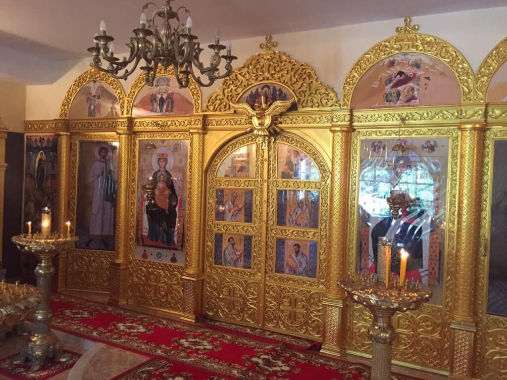 На фото: иконостас храма св. мц. Фотинии